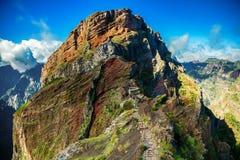 Ο μεγάλος απότομος βράχος στις Pico do Arieiro περιβάλλουσες περιοχές Στοκ φωτογραφία με δικαίωμα ελεύθερης χρήσης