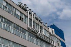 Ο μεγάλος αριθμός διοχέτευσης με σωλήνες αργιλίου μετάλλων καθόρισε στην πρόσοψη του κτηρίου Στοκ Εικόνες