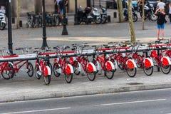 Ο μεγάλος αριθμός ποδηλάτων πόλεων σε έναν χώρο στάθμευσης Στοκ Φωτογραφίες