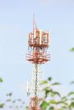 Ο μεγάλος πύργος τηλεπικοινωνιών με το μπλε ουρανό Στοκ Εικόνα