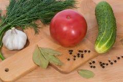 Ο μεγάλος ρόδινος άνηθος αγγουριών ντοματών και το μαύρο πιπέρι στοκ εικόνα με δικαίωμα ελεύθερης χρήσης