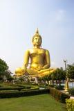 Ο μεγαλύτερος χρυσός Βούδας κατά τη μακροχρόνια άποψη είναι τόσο ειρηνικός Στοκ Εικόνες