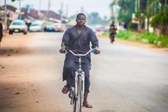 Ο μελαχροινός ποδηλάτης στοκ φωτογραφία