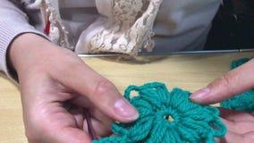 Ο μεμονωμένος επιχειρηματίας συμμετέχει στο πλέξιμο των ενδυμάτων και των εξαρτημάτων φιλμ μικρού μήκους