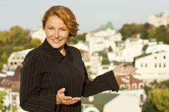 Ο μεσίτης επιχειρησιακών γυναικών παρουσιάζει ακίνητη περιουσία Στοκ φωτογραφίες με δικαίωμα ελεύθερης χρήσης
