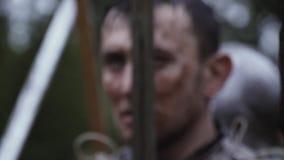 Ο μεσαιωνικός πολεμιστής στη μέση της μάχης, κλείνει επάνω απόθεμα βίντεο