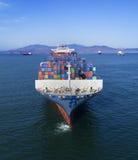 Ο μεταφορέας πλοίων μεταφοράς τυποποιημένων εμπορευματοκιβωτίων είναι στον κόλπο στοκ εικόνες