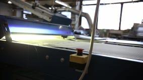 Ο μεταφορέας της τυπογραφικής μηχανής περιστρέφεται φιλμ μικρού μήκους
