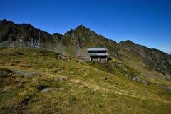 Ο μετεωρολογικοί εξοπλισμός και το βουνό διασώζουν το σταθμό (Salvamont) στη λίμνη Balea, νομός του Sibiu, Ρουμανία στοκ εικόνες