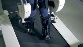 Ο με ειδικές ανάγκες ασθενής περπατά αργά κατά μήκος της φυσιοθεραπευτικής διαδρομής απόθεμα βίντεο