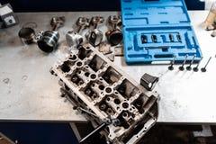 Ο μηχανικός άνοιξε το μηχανισμό βαλβίδων κλειδώματος Αποσυνθέστε το όχημα φραγμών μηχανών Κύρια επισκευή μηχανών Δέκα έξι βαλβίδε στοκ φωτογραφίες με δικαίωμα ελεύθερης χρήσης