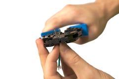 Ο μηχανικός δίνει το καλώδιο καθορισμού Στοκ φωτογραφία με δικαίωμα ελεύθερης χρήσης