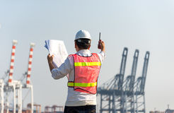 Ο μηχανικός ατόμων που εργάζεται με το σκάφος φορτίου φορτίου εμπορευματοκιβωτίων στο ναυπηγείο στο σούρουπο Στοκ φωτογραφίες με δικαίωμα ελεύθερης χρήσης