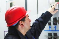 Ο μηχανικός δίνει την εντολή στο κέντρο ελέγχου εγκαταστάσεων παραγωγής ενέργειας Στοκ Φωτογραφία