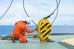 Ο μηχανικός επιθεωρητής γερανών επιθεωρεί το σύστημα γερανών ως ετήσιο προληπτικό πρόγραμμα συντήρησης στοκ φωτογραφία με δικαίωμα ελεύθερης χρήσης