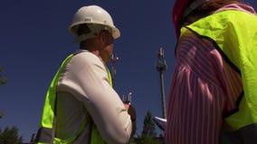 Ο μηχανικός επικοινωνεί με το διευθυντή κατασκευής απόθεμα βίντεο