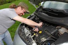 Ο μηχανικός επισκευάζει ένα αυτοκίνητο Στοκ Εικόνες