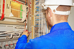 Ο μηχανικός επισκευάζει τον ηλεκτρικό εξοπλισμό Στοκ Φωτογραφία