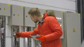 Ο μηχανικός ελέγχει την τάση στην ταμπλέτα απόθεμα βίντεο