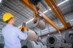 Ο μηχανικός ελέγχει το γερανό Στοκ φωτογραφίες με δικαίωμα ελεύθερης χρήσης