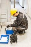 Ο μηχανικός ηλεκτρολόγων εξετάζει το σύστημα με τον καθορισμένο εξοπλισμό δοκιμής ηλεκτρονόμων Στοκ εικόνα με δικαίωμα ελεύθερης χρήσης