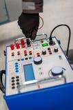 Ο μηχανικός ηλεκτρολόγων εξετάζει το σύστημα με τον καθορισμένο εξοπλισμό δοκιμής ηλεκτρονόμων Στοκ Εικόνες