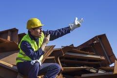 Ο μηχανικός διαχειρίζεται το χειριστή γερανών στοκ εικόνες με δικαίωμα ελεύθερης χρήσης
