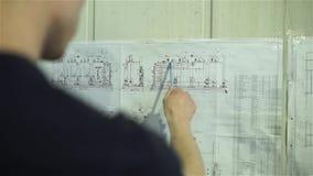 Ο μηχανικός μελετά το σχέδιο του βιολογικού αντιδραστήρα μεμβρανών απόθεμα βίντεο