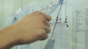 Ο μηχανικός μελετά το σχέδιο του εργοστασίου επεξεργασίας νερού απόθεμα βίντεο