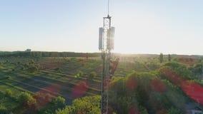Ο μηχανικός με τη συσκευή εργάζεται στον πύργο επικοινωνίας κεραιών και παρουσιάζει αντίχειρα στο υπόβαθρο του τοπίου πόλεων στον απόθεμα βίντεο