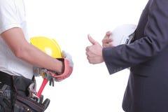 Ο μηχανικός παρουσιάζει ότι το χέρι για δίνει όπως στον εργαζόμενο Στοκ φωτογραφία με δικαίωμα ελεύθερης χρήσης
