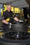 Ο μηχανικός προετοιμάζει τα νέα ελαστικά αυτοκινήτου Στοκ φωτογραφία με δικαίωμα ελεύθερης χρήσης