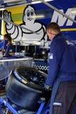 Ο μηχανικός προετοιμάζει το νέο ελαστικό αυτοκινήτου Στοκ Εικόνες