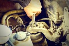 Ο μηχανικός της κουκούλας μιας επισκευής αυτοκινήτων Στοκ Εικόνες