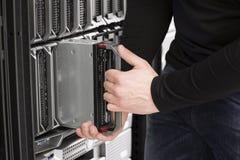 Ο μηχανικός ΤΠ εγκαθιστά τον κεντρικό υπολογιστή λεπίδων στο κέντρο δεδομένων στοκ φωτογραφία με δικαίωμα ελεύθερης χρήσης