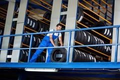Ο μηχανικός ωθεί τη ρόδα αυτοκινήτων Στοκ φωτογραφία με δικαίωμα ελεύθερης χρήσης