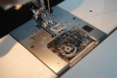 Ο μηχανισμός βελόνων της ράβοντας μηχανής στοκ εικόνες με δικαίωμα ελεύθερης χρήσης