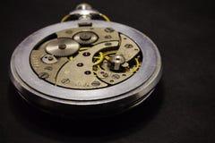 Ο μηχανισμός ρολογιών σε ένα σκοτεινό υπόβαθρο Στοκ Εικόνες
