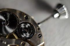 Ο μηχανισμός των παλαιών παλαιών ρολογιών τσεπών, κλείνει επάνω την άποψη των εργαλείων του παλαιού ρολογιού Εκλεκτική εστίαση στοκ φωτογραφία