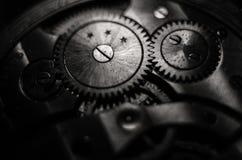 Ο μηχανισμός των παλαιών παλαιών ρολογιών τσεπών, κλείνει επάνω την άποψη των εργαλείων του παλαιού ρολογιού Εκλεκτική εστίαση στοκ εικόνα με δικαίωμα ελεύθερης χρήσης