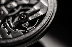 Ο μηχανισμός των παλαιών παλαιών ρολογιών τσεπών, κλείνει επάνω την άποψη των εργαλείων του παλαιού ρολογιού Εκλεκτική εστίαση στοκ φωτογραφία με δικαίωμα ελεύθερης χρήσης