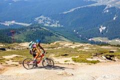 Ο μη αναγνωρισμένος ποδηλάτης αναρριχείται στο λόφο στα βουνά Bucegi στη Ρουμανία Στοκ εικόνες με δικαίωμα ελεύθερης χρήσης