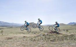 Ο μη αναγνωρισμένος δρομέας υπερνικά το άλμα στον ανταγωνισμό για το &#x22 Φλυτζάνι Buryatia σε ένα ποδήλατο βουνών Στοκ εικόνα με δικαίωμα ελεύθερης χρήσης
