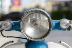 Ο μικροί προβολέας μοτοσικλετών και το σήμα στροφής, που απομονώνεται, κλείνουν επάνω Στοκ Φωτογραφία