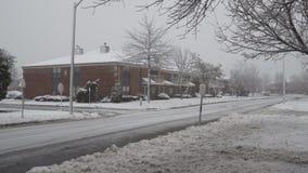 Ο μικρού χωριού δρόμος μετά από την πτώση χιονιού απόθεμα βίντεο