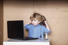 Ο μικρός επιχειρηματίας αφαιρεί τα ακουστικά Στοκ φωτογραφία με δικαίωμα ελεύθερης χρήσης