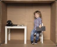 Ο μικρός επιχειρηματίας προσποιείται ότι δεν θέλει έναν φάκελο με ένα β Στοκ φωτογραφία με δικαίωμα ελεύθερης χρήσης