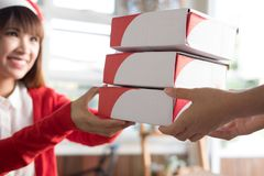 Ο μικρός ιδιοκτήτης επιχείρησης ξεκινήματος δίνει το κιβώτιο δεμάτων στο άτομο παράδοσης για Στοκ εικόνα με δικαίωμα ελεύθερης χρήσης