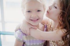 Ο μικρός φίλος δύο ένας άλλος ένας ψιθυρίζει στο αυτί σας τα μυστικά Στοκ Φωτογραφία