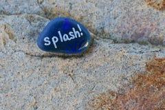Ο μικρός χρωματισμένος μπλε βράχος δηλώνει τον παφλασμό `! ` Στοκ Εικόνες